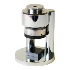 Dispositivo cromado fabricado según la norma ASTM C109 para ensayar cubos de mortero